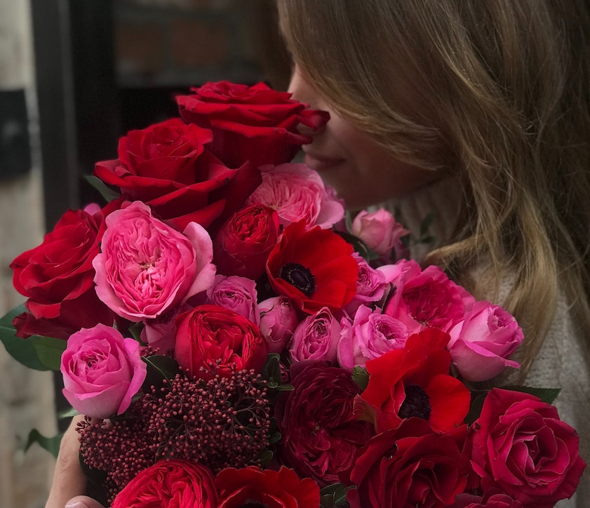 Woman holding a bunch of roses. Zika Fleisher/Unsplash