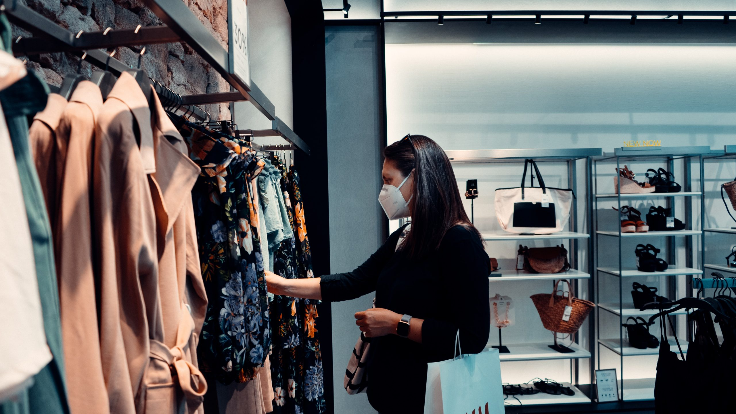 A woman shopping with a face mask on. Arturo Rey/Unsplash